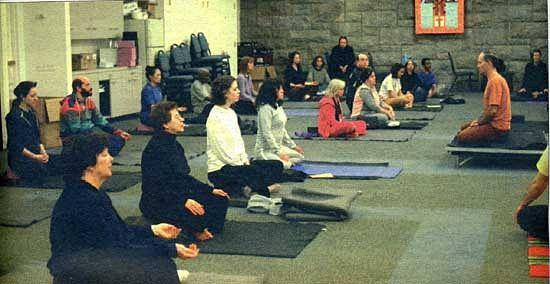 Католический священник проводит занятия йоги