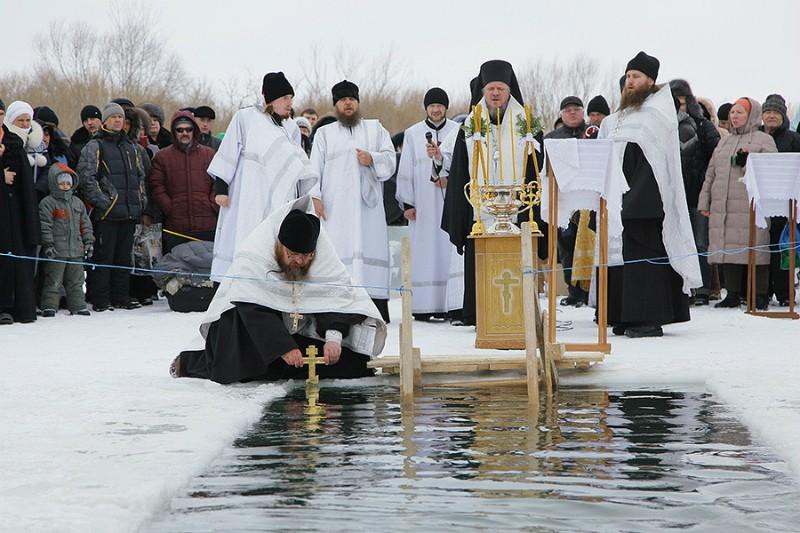 Освящение вод совершает епископ Карагандинский Севастиан