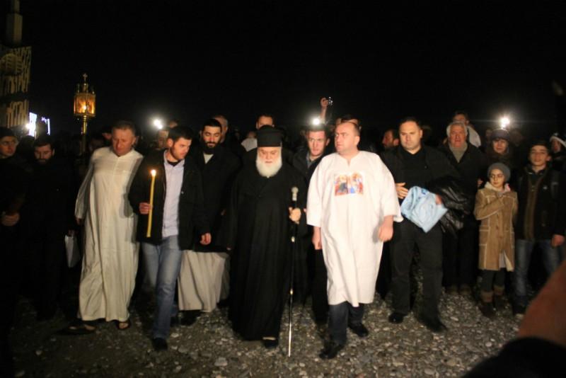 Грузия, хождение на Иордань. Шествие возглавляет митрополит Батумский Димитрий