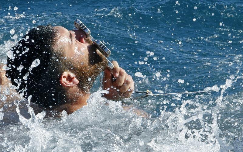 Греция: мужчина радуется, что смог достать брошенный во время благословения вод крест