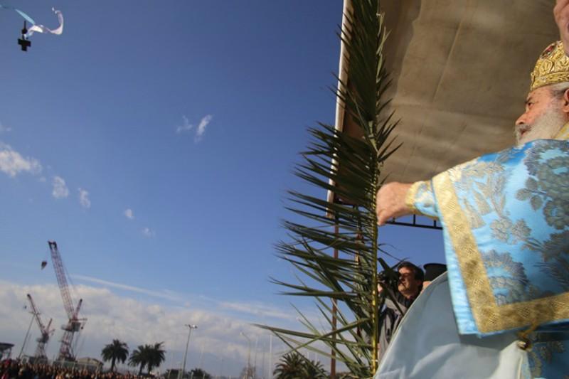 Благословение вод: митрополит Фтиотидский бросает крест в воду
