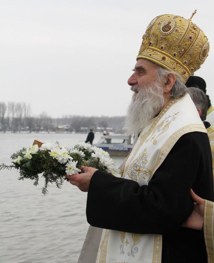 Сербский Патриарх Ириней бросает Крест в воду