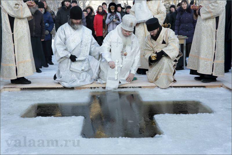 Наместник Валаамского монастыря епископ Троицкий Панкратий освящает воды