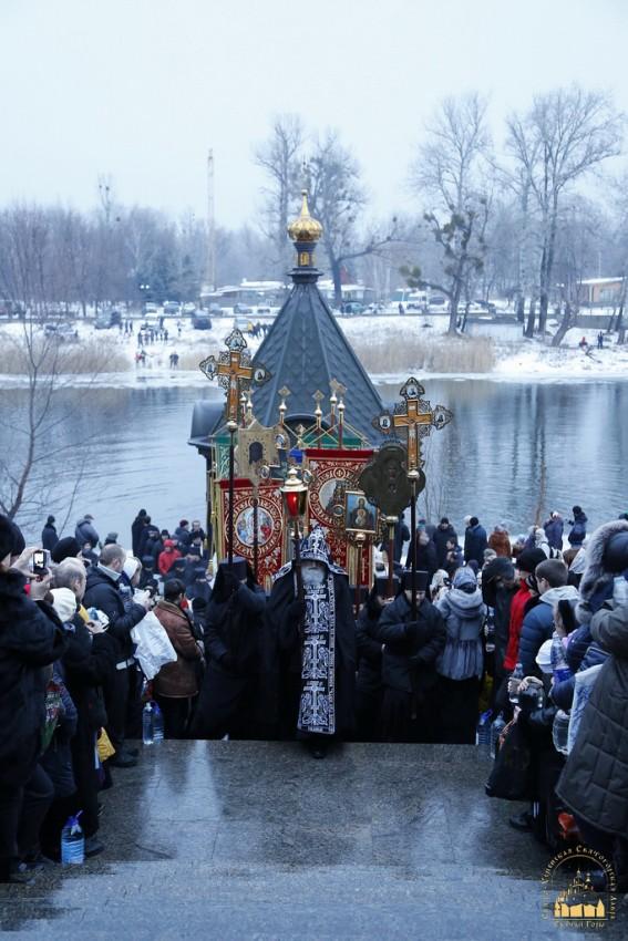 Крестный ход возвращается в Святогорскую лавру