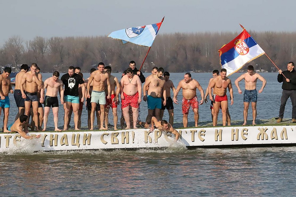 The cold Danube does not scare the brave swimmers.