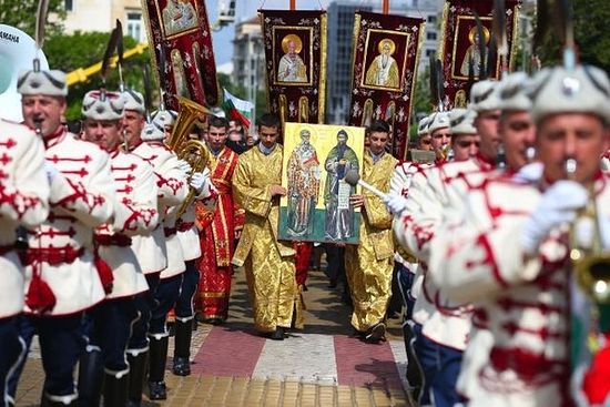 The celebratory procession for May 24, Day of the Bulgarian Alphabet and Culture, with members of the President's Guard in official parade uniforms, and members of the clergy of the Bulgarian Orthodox Church with icons of St. Cyril and St. Methodius. Photo: bTV News
