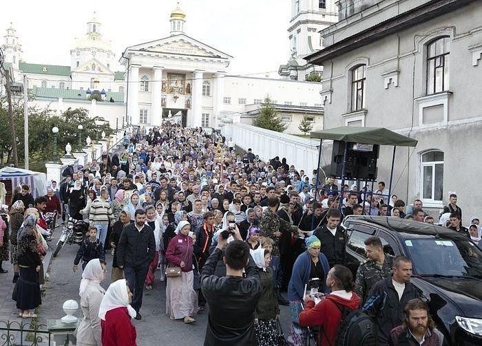Departure of the procession of the cross from the Holy Dormition Pochaev Lavra.