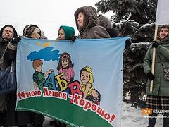 Faithful in Bogolyubovo prayerfully oppose condom factory near monastery