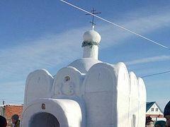 Omsk man builds snow church