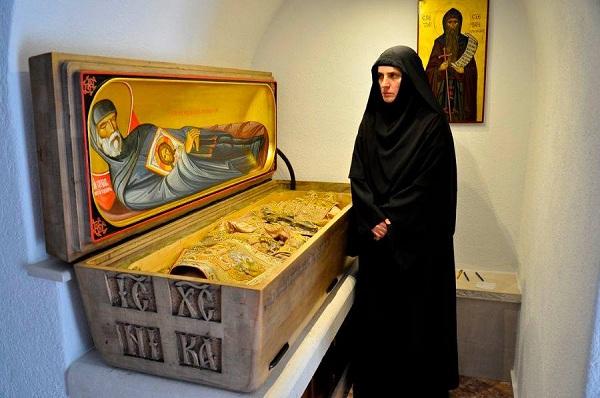 Igumanija manastira Ćelija Piperska Jelena pored moštiju Prepodobnog Stefana Piperskog