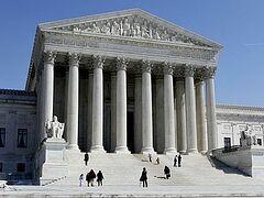 Верховный суд США постановил вписывать однополые пары в детские свидетельства о рождении