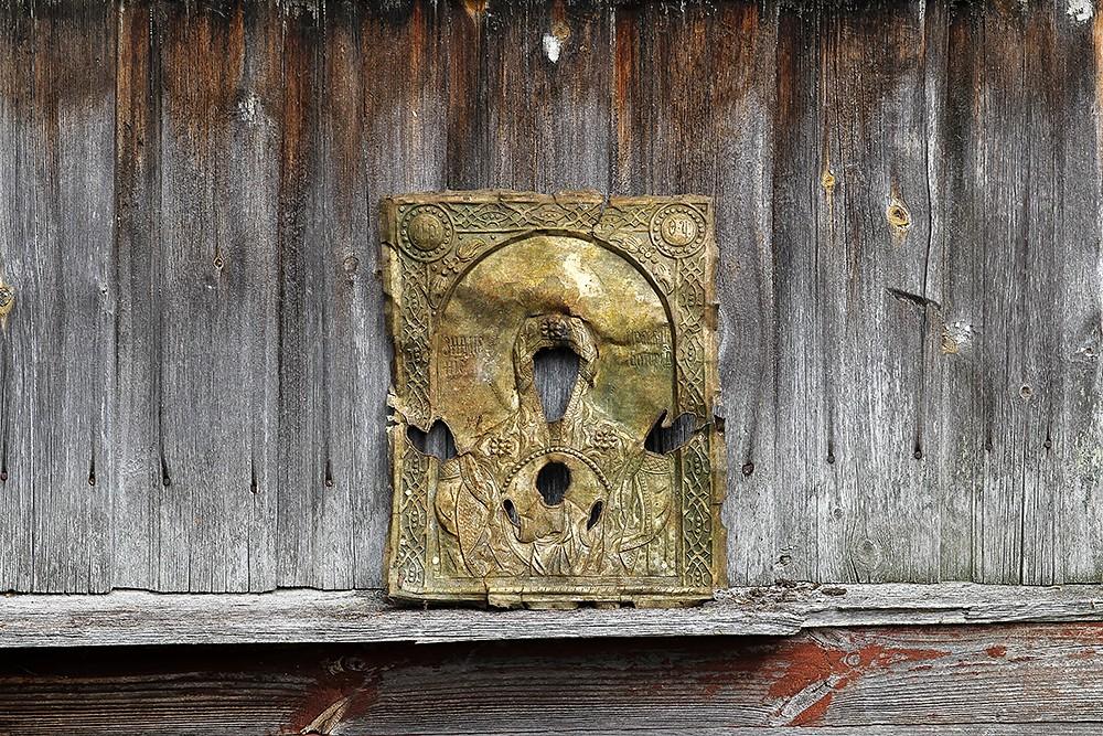 При уборке территории возле храма был найден оклад иконы Пресвятой Богородицы «Знамение»