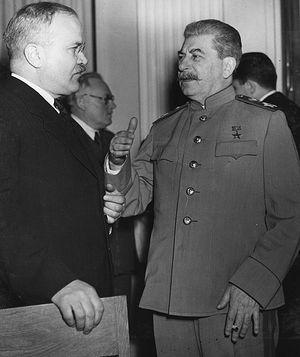 Вячеслав Молотов (слева) и Иосиф Сталин в Ялте