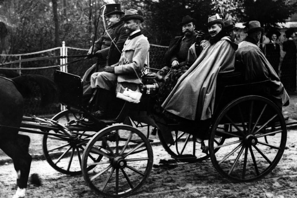 Кайзер Вильгельм II на прогулке с императором Николаем II. Берлин, 1900 г.