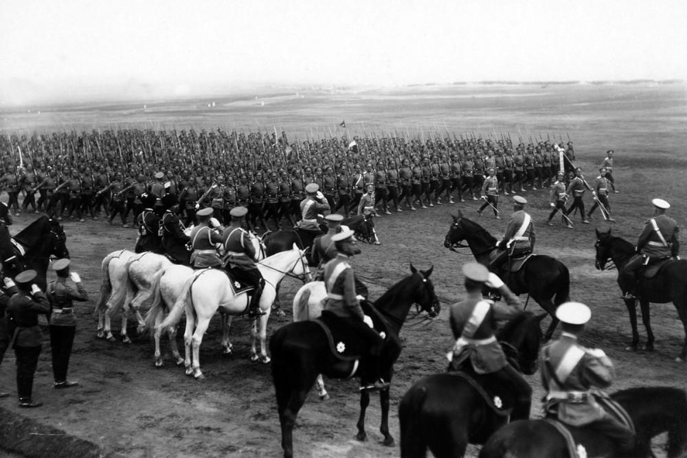 Император Николай II принимает парад в честь президента Франции Пуанкаре, 1914 г.