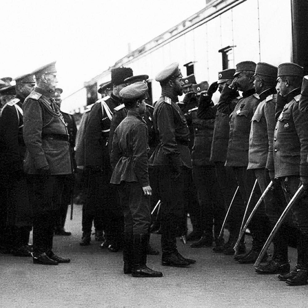 Император Николай II и офицеры 1-й Сербской добровольческой дивизии. Одесса, июнь 1916 г.