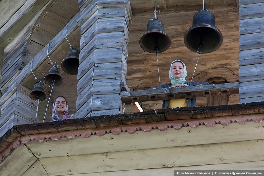 Богоявленский храм в деревне Поле Онежского района Архангельской области. На колокольне