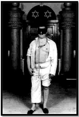 Изображение кандидата на вступление в масонство. Согласно масонским правилам, его заставляют оголить левую ногу и левую часть груди и надевают на шею петлю