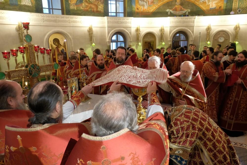 Веяние воздухом над Дарами во время пения Символа веры