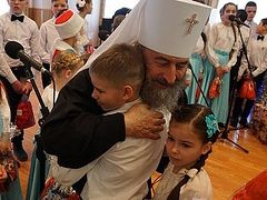 Met. Onuphry of Kiev visits, brings Christmas gifts to sick and orphaned children at monastery