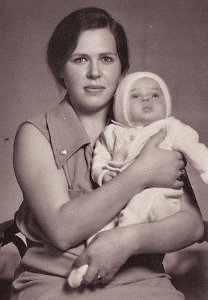 Мы с мамой перед прогулкой в Тбилиси 1973г