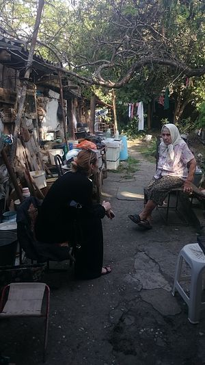 Зоя Антоновна у себя во дворе