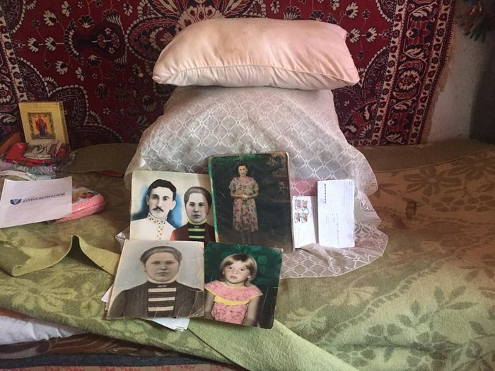 У Клавдии Дмитриевны на кровати