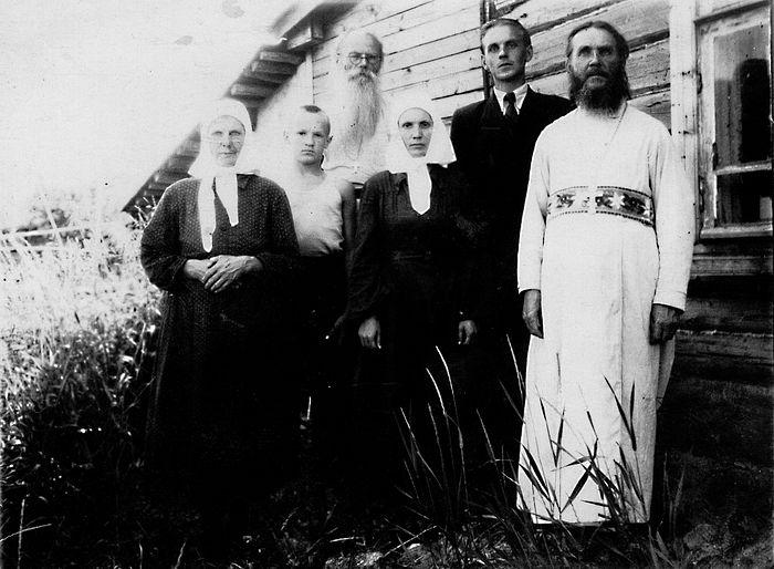 Игумен Никон (в заднем ряду) и маленький Алеша Осипов (второй слева)