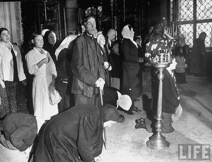 Верующие в Богоявленском соборе. 1941 г. Журнал Life