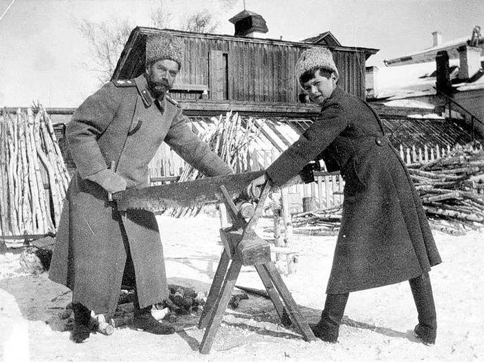 Государь с Наследником пилят дрова. Тобольск, 1918 г.