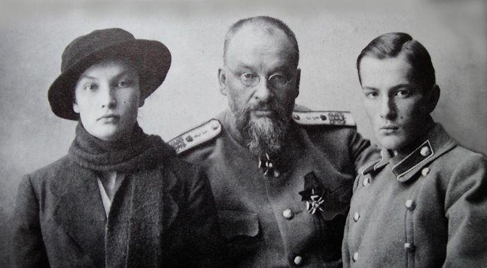 Последний снимок доктора Е.С. Боткина с дочерью Татьяной и сыном Глебом. Тобольск 1918 г.