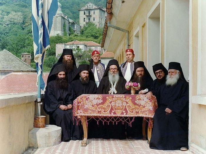 Старец Ипполит, представитель русского Свято-Пантелеимоновского монастыря, в Священном Киноте Афона. Отец Ипполит сидит третий справа