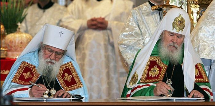 Patriarch Alexei II and Metropolitan Laurus signing the 2007 Act of Canonical Communion that reunited the Russian Church Abroad with the Moscow Patriarchate. Photo: