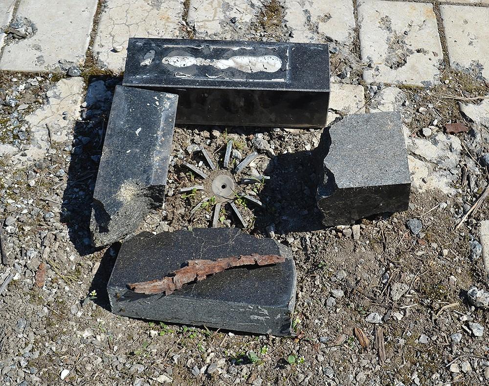 Τέτοια θραύσματα ναρκών υπάρχουν πολλά στο κοιμητήριο