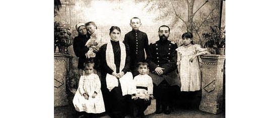 Семейная фотография: Дмитрий Тяпочкин сидит в центре. Фото с сайта mgarsky-monastery.org