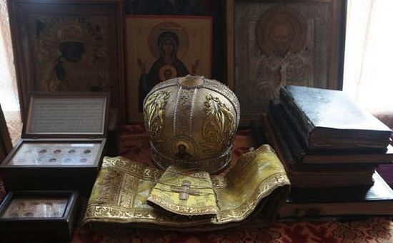 В келье архим. Серафима. Его митра, епитрахиль, поручи, книги. Фото с сайта pravlife.org