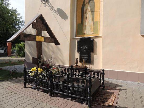 Могила архим. Серафима Тяпочкина у стен храма в Ракитном. Фото с сайта mapio.net