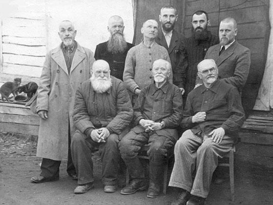 Отец Вячеслав Якобс (стоит крайний справа) в мордовских лагерях