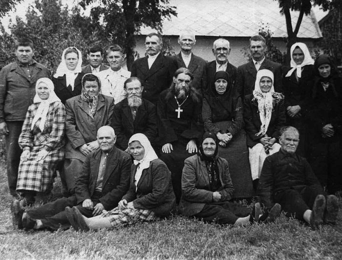 Отац Серафим са парохијанима