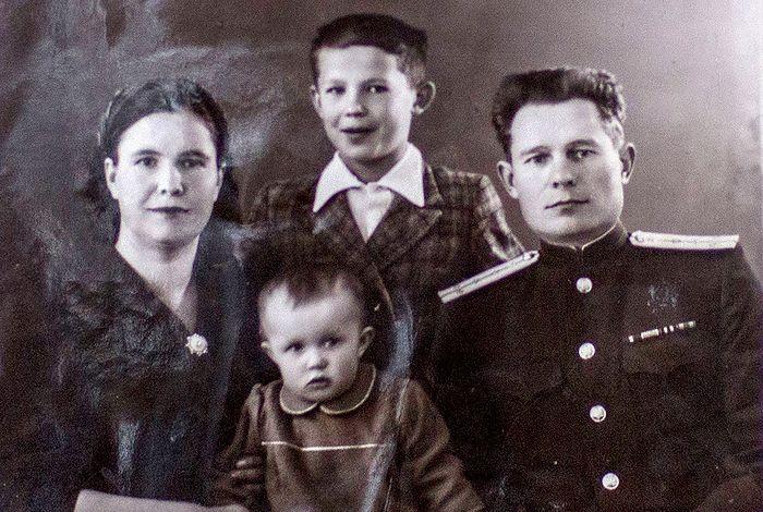 Семья Георгия и Александры Чикиных с детьми. Ок. 1956 г.
