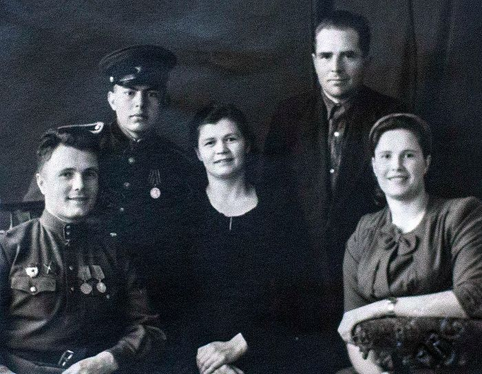 Послевоенные годы. В центре Мария и ее муж Иван Миронович. Справа Александра, слева Виктор