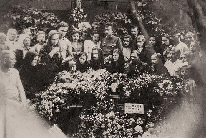 Групповое фото семьи на похоронах Михаила