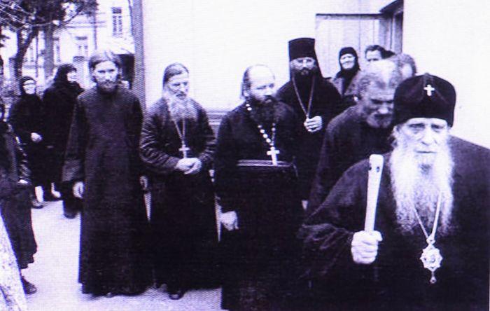 Митрополит Зиновий, за ним схиархимандрит Виталий. Сзади высокая певчая Александра