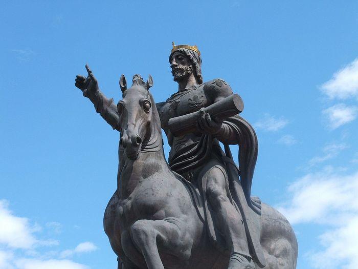Памятник святому царю Давиду Строителю в Тбилиси
