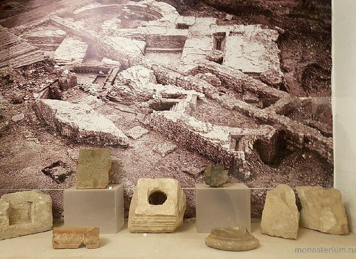 Фрагменты древнего престола престола и запрестольного креста XV века