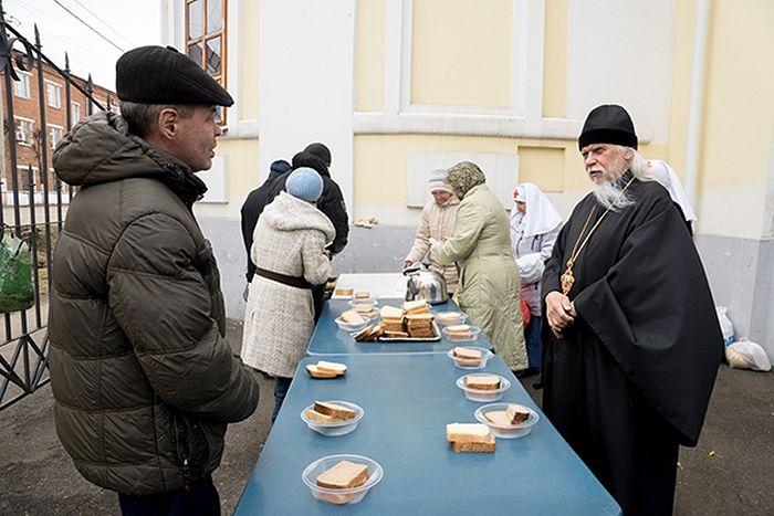 Епископ Пантелеимон пообщался с бездомными людьми