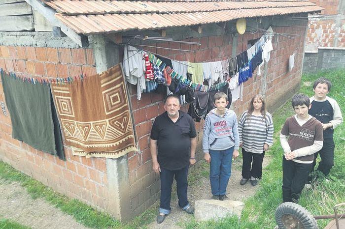 Вулићевићи поред неомалтерисане куће (Фотографије Б. Радомировић)