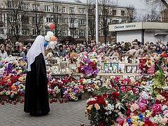 На 40-й день после пожара в торговом центре в Кемерове Патриарх Кирилл возложил цветы к месту трагедии