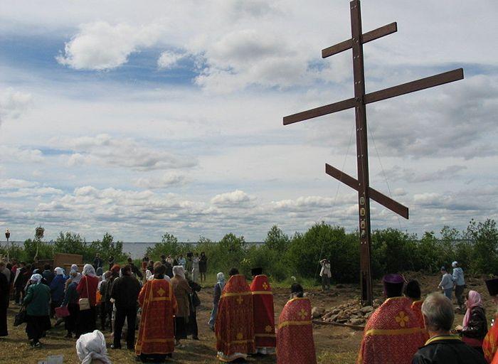 Большой крест памяти всех затопленных святынь в селе Мякса. Фото из личного архива протоиерея Геннадия Беловолова