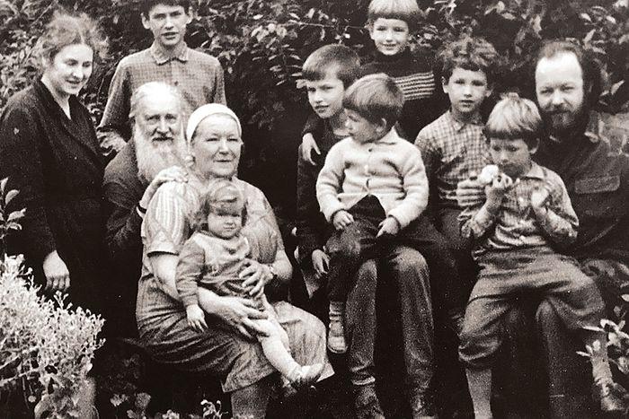 Отец Валериан с матушкой, родителями и детьми